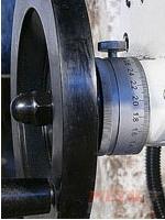 маховик подачи стола с миллиметровой шкалой сверлильно-фрезерного станка MetalMaster DMM 50C