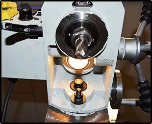 Рабочая зона оснащена направленной подсветкой. Хорошо видна шкала угла наклона фрезерной головки (+/- 450).