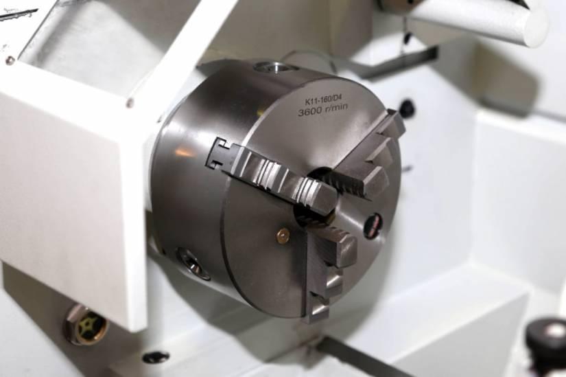 Модель оснащена трехкулачковым патроном диаметром 160 мм и эргономичной защитой со смотровым окошком.