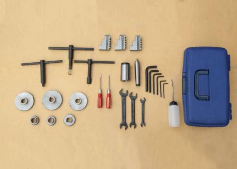 В ЗИП входят ключи, масленка, обратные каленые кулачки, неподвижный центр МТ №3, конус-переходник с МТ-5 на МТ-3 и сменные шестерни для гитары.