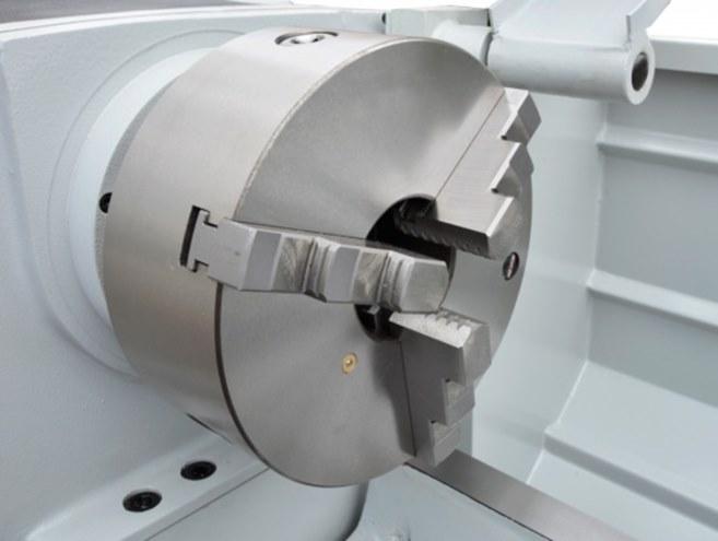 Модель оснащена трехкулачковым патроном диаметром 200 мм и эргономичной защитой со смотровым окошком.