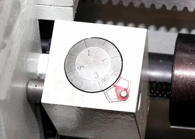 Для удобства нарезания резьбы станок оснащен 7-позиционным резьбоуказателем.
