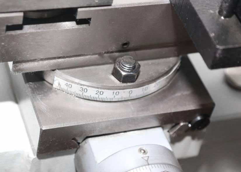 Для удобства нарезания конусов на станке предусмотрена возможность поворота верхней продольной салазки на угол ±60°.