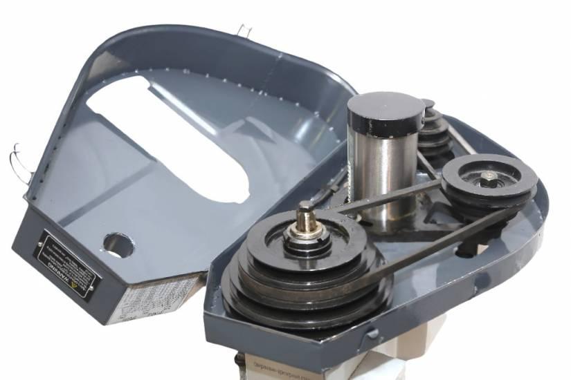 Переключение скоростей горизонтального шпинделя производится перестановкой клинового ремня на соответствующие шкивы.