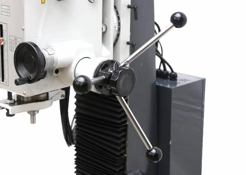 Вертикальный шпиндель снабжен звездчатой рукояткой быстрой подачи пиноли.
