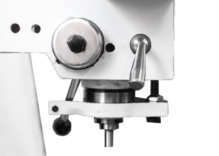 Выставленную на заданный размер пиноль можно закрепить поворотом фиксирующей ручки.
