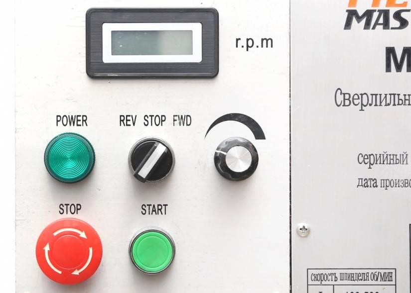 Плавная регулировка скорость вращения шпинделя в 2 диапазонах скоростей 100 до 530 об/мин и 530 до 2800 об/мин, направление вращения шпинделя, устанавливается с панели управления.