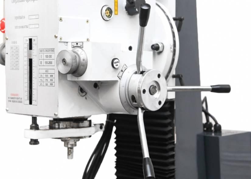 Вертикальный шпиндель снабжен звездчатой рукояткой, с ее помощью возможно переключение на ручной режим (быстрая подача при сверлении) и автоматический (медленной подачи при фрезеровании).