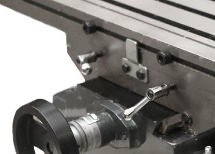 Положение стола по каждой оси фиксируется стопорными ручками.
